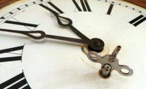 wind-up-pendulum-clock