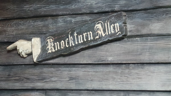 Arrow pointing the way into Knockturn Alley within Diagon Alley at Universal Studios Orlando.